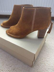 Clarks peep toe boots tan size 5