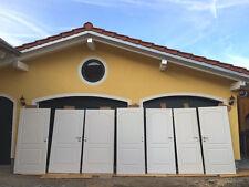 Weiße Türen aus Holz mit Rundbogenkasette