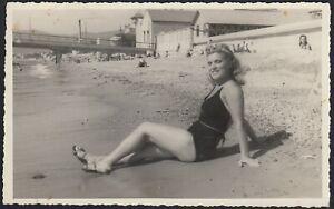 YZ7030 Savona 1946 - Giovane donna in spiaggia con costume aderente - Fotografia