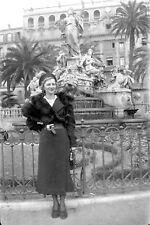 Femme avec étole de fourrure sculpture fontaine - Ancien négatif photo an. 1930