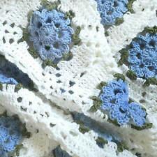 Copertina neonata lana fiori azzurro fatta a mano all'uncinetto BLOOMING ROSE