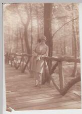 (F15012) Orig. Foto junge Frau Fröling lehnt an Holzgeländer 1928
