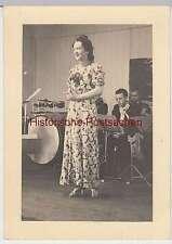 (F2499) Orig. Foto 2.WK, Gesangsvortrag e. Dame für Marinesoldaten, 1940er