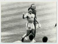 Maradona esulta in campo insieme ad un membro dello staff tecnico - Italia '90