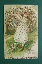 Kunst Präge Litho AK Fröhliche Pfingsten 1904 Blumen Mädchen Haus Baum Blüten