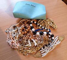 Lot de bijoux fantasie bracelets, colliers avec sa pochette