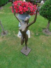 nue en bronze , statue d une grande femme nue en bronze , art moderne .