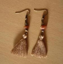 Lange bronskleurige oorbellen met bruine tassel slingel oranje okerkleurig steen