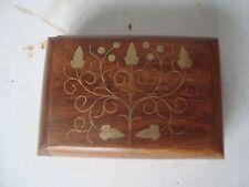 Caja de la baratija de madera tallada con incrustaciones de latón Archana artesanía india