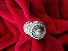 Anello in lega di argento con motivi a sbalzo, antico e originale artigianato be