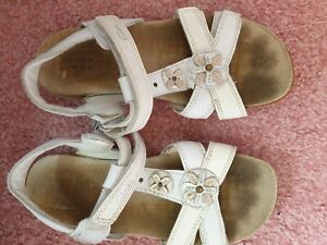 Clarks pretty girls white sandals size 12