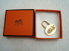 AUTH. Entièrement NEUF dans sa boîte HERMES CHARM CADENAS MEDITERRANEE 2003 Plaqué Or