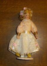 Mädchen im hellen Spitzenkleid Miniatur 1:12