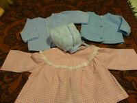 L 4piéces bleues-roses   poupées  bella ,raynal ,collin ,etc gilets robe bonnet
