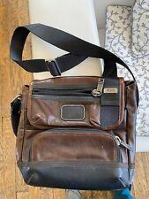 sacoche cuir marque TUMI état neuf sans aucune rayure taille 25cmx25cm