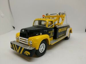 1st GEAR 1957 International R-200 Tow Truck 1/34 Scale Iowa Hawkeye Hauler UOI
