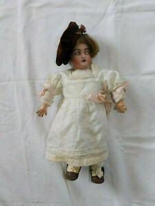 Frühe Puppe mit weißen Kleid und Hut gemarkt S und H  ?