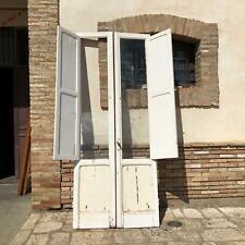 Antica porta finestra da balcone vetrata bugnata a due ante in legno massello