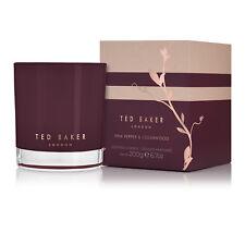 Ted Baker-carrine Pimienta Rosa & Madera de cedro Vela Perfumada en caja de presentación