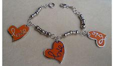 Bracciale in argento con charms cuori di colore arancione scritta LOVE
