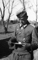 WW2 WWII Photo Decorated German Soldier Reading Letter World War Two / 2552