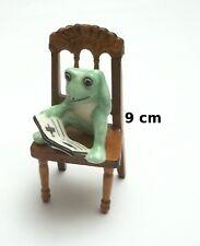 figurine grenouille avec livre sur une chaise ,animal collection,frog  Gtp14-08