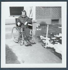 LITTLE GIRL BY HOUSE IN WHEEL CHAIR OLD/VINTAGE PHOTO-SNAPSHOT-Y8356