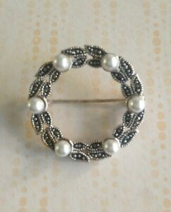 PRETTY VINTAGE STERLING SILVER GARLAND BROOCH WITH MARCASITE & FAUX PEARLS