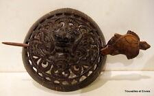 Pince à chignon en noix de coco, Amérique du Sud, décor de masque, 10,4cmx9,8cm