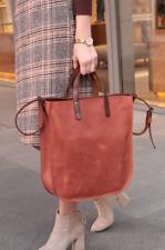 Elegante borsa tote grande in pelle liscia di colore marrone da donna