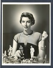 """AVA GARDNER MOVES HER """"PAWNS"""" ON A CHESSBOARD - 1951 DOUBLEWEIGHT - VERY GOOD++"""