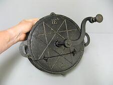Ancien grilloir à café en fonte 19e décoré du sceau de salomon.
