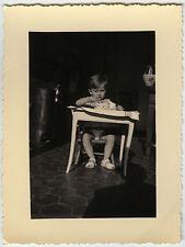 PHOTO ANCIENNE - VINTAGE SNAPSHOT - ENFANT PETIT DÉJEUNER REPAS DRÔLE-CHILD MEAL