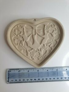 The Pampered Chef Stoneware Summer Wreath Baking Dish 2003 USA.small heart shape
