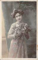 CPA. -  photo d'Art - Bonne Année - jeune fille avec des fleurs -