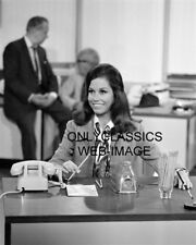 CUTE FUNNY MARY TYLER MOORE SHOW 8X10 PHOTO MARY RICHARDS IN THE OFFICE BY PHONE