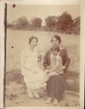snapshot deux femmes et un enfant assis sur les genoux chaise nature mode blanc