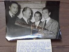 PHOTO DE PRESSE 1955 PARIS YVES MONTAND KURT JURGENS GERARD OURY JEAN SERVAIS