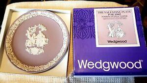 WEDGWOOD WHITE ON LILAC JASPERWARE VALENTINE PLATE FOR 1982 & BOX/CERTIFICATE