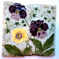 Ancien carreau Art Nouveau, terre cuite blanche émaillée de 3 pensées en relief