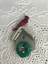 NWOT JJ Signed Pewter Tone Enamel Birdhouse Cardinal Wreath Brooch Pin