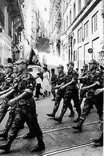 Guerre d'Algérie - Les paras défilent en chantant à Alger