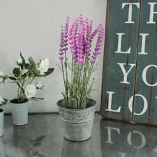 Fiori e piante finte viola per la decorazione del salotto