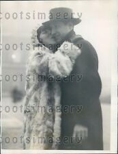 1926 Paris Midinette Gives a Kiss St Catherine's Day Press Photo