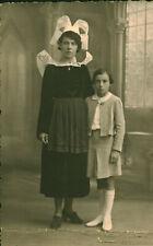 Carte Photo ancienne costume coiffe Concarneau mère et fille posant en studio