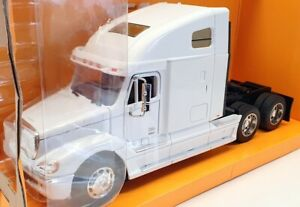 Welly 1/32 Scale Model Car 32620W - Freightliner Columbia - White