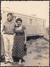 YZ2118 In posa davanti la roulotte - Fotografia d'epoca - Vintage photo