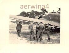 Wehrmachts Helfer mit Soldaten am Flugzeug Ju 52 Polen