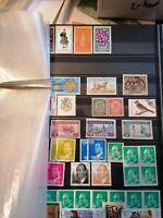 Album à bandes  fond noir 32 pages dont 12 avec timbres divers pays - #10
