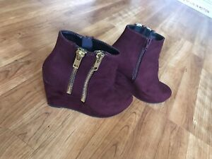 Womens Zippered Burgundy Suede Booties Size 6